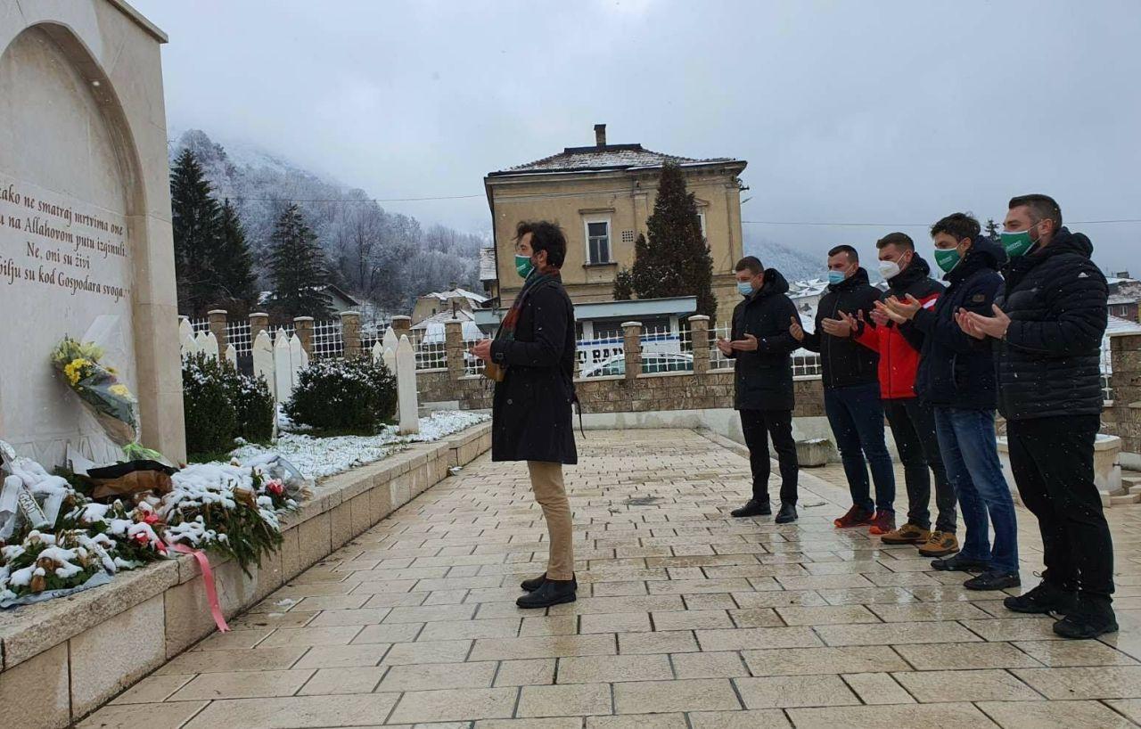 IO Asocijacije mladih SDA položio cvijeće na Šehidsko mezarje